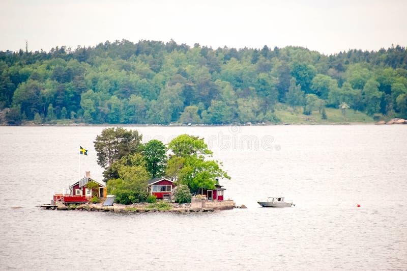 Casa magnifica su un'isola accogliente e piccola nel mare fotografie stock libere da diritti