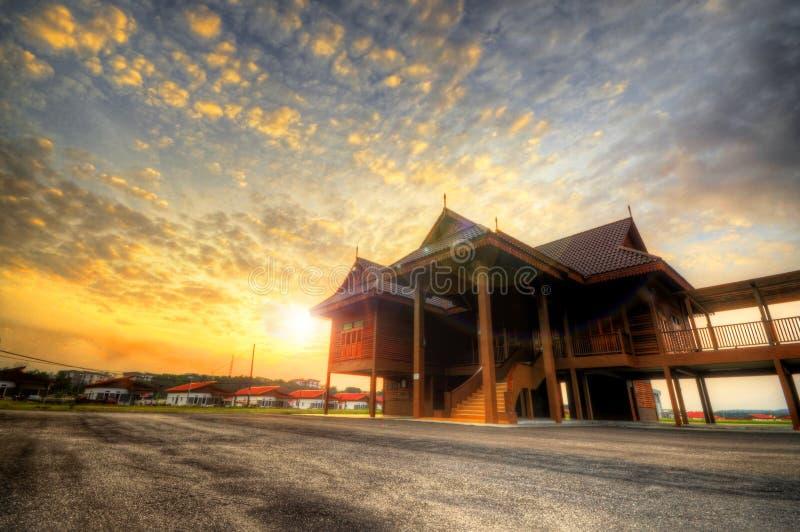 Casa malay tradizionale sulla vista di angolo basso durante uguagliare tramonto fotografie stock