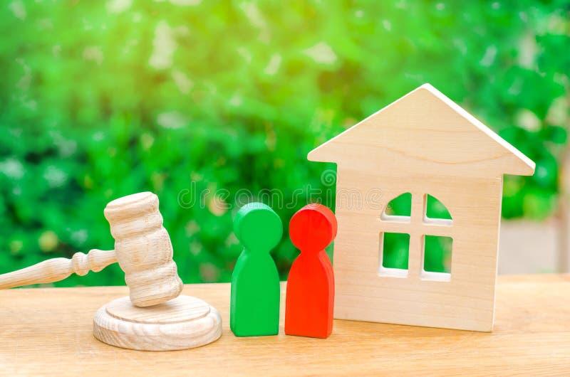 Casa, martillo del juez con las figuras de madera de la gente Clarificación de la propiedad de la propiedad Acuerdo del concepto  imagenes de archivo