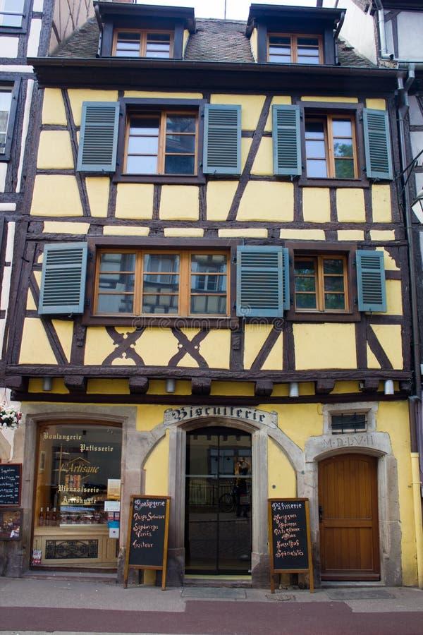 Casa medieval transformada en una tienda foto de archivo