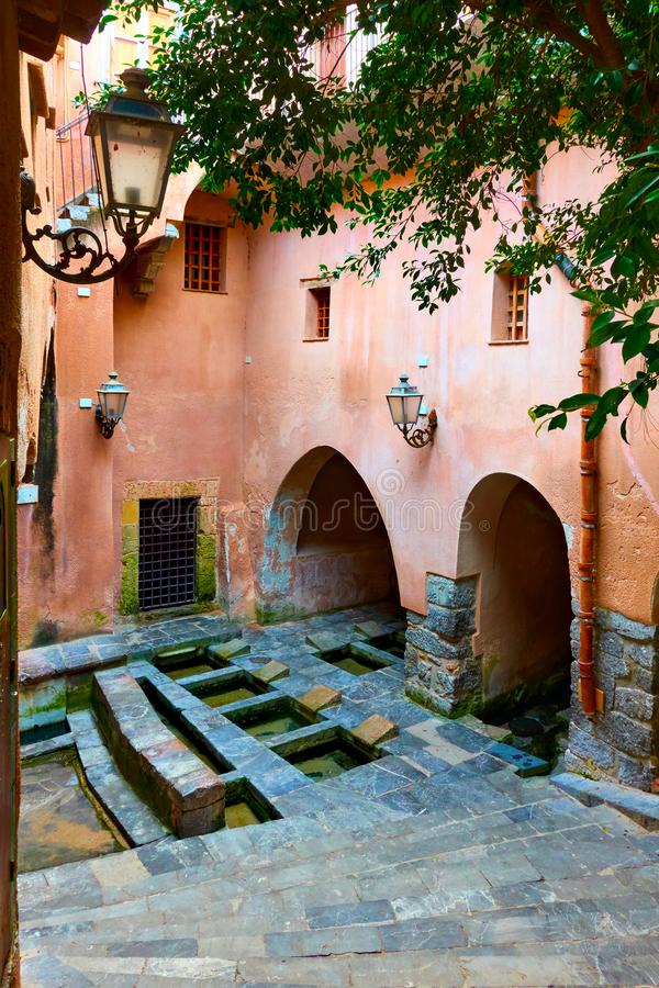 Casa medievale del lavaggio in Cefalu immagini stock
