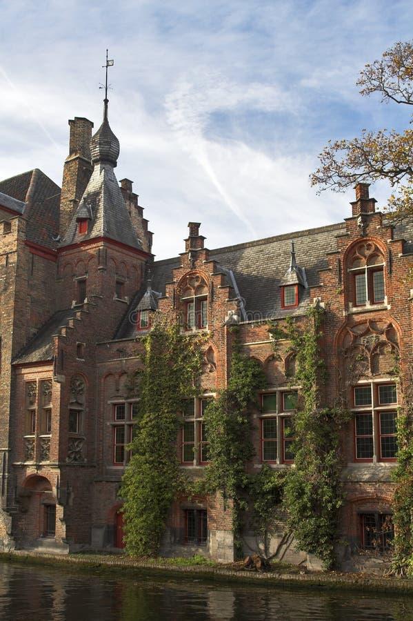 Casa medioevale su un canale a Bruges fotografia stock libera da diritti