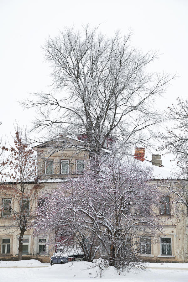 Casa mercantil vieja en el invierno, el paisaje urbano de la ciudad de Rostov Veliky imagen de archivo libre de regalías