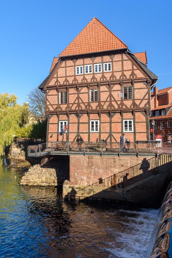casa Metade-suportada no porto velho em Luneburg germany fotos de stock royalty free