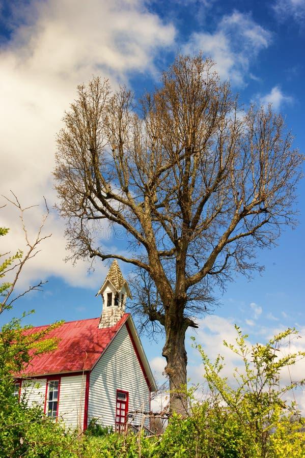 Casa minuscola della scuola su una collina immagine stock libera da diritti