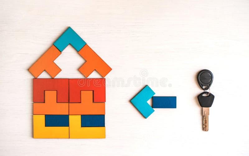 Casa modelo do enigma de madeira com chave imagens de stock royalty free