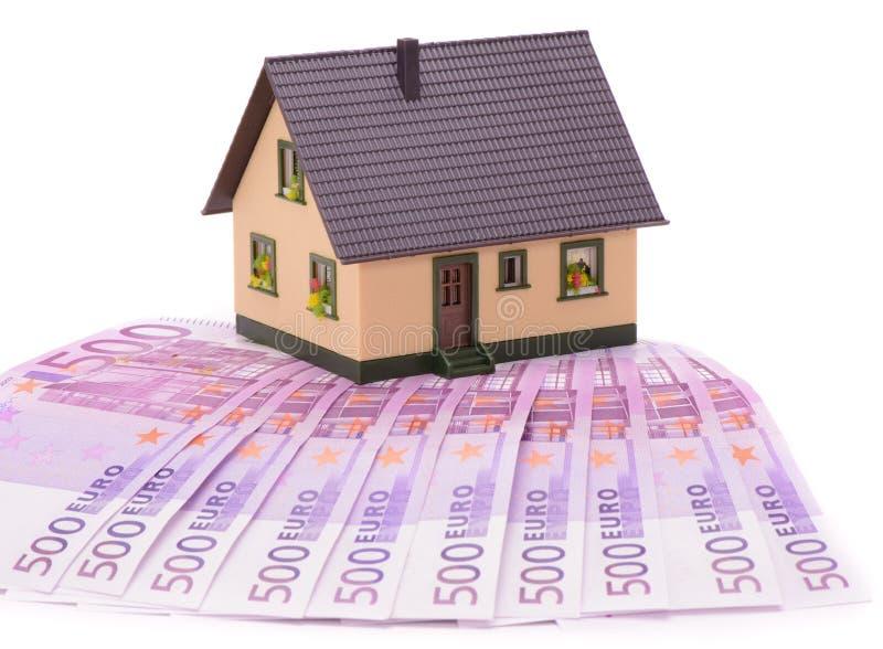 Casa modelo em muitas cédulas do Euro fotografia de stock royalty free