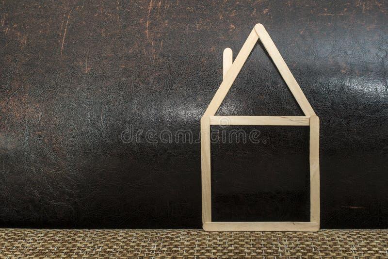 Casa modelo hecha de palillos de madera fotografía de archivo