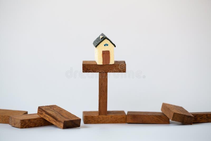 Casa modelo, ideas de la inversión inmobiliaria de la propiedad, concepto de hipoteca de la casa del riesgo, gestión financiera d fotografía de archivo