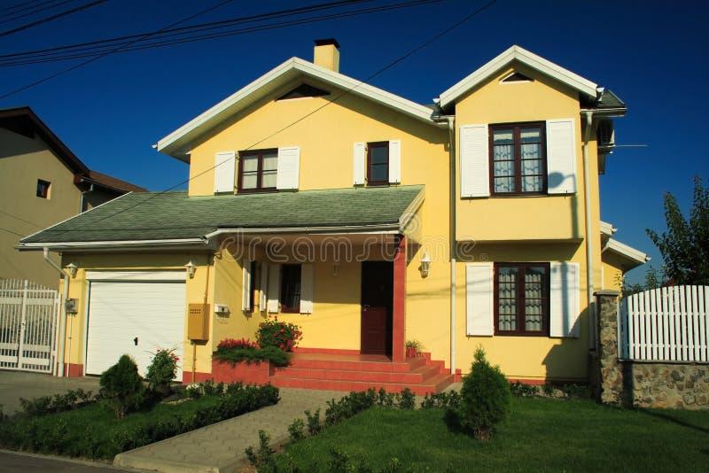 Nuova casa gialla fotografia stock immagine di negativo for Progetto casa moderna nuova costruzione