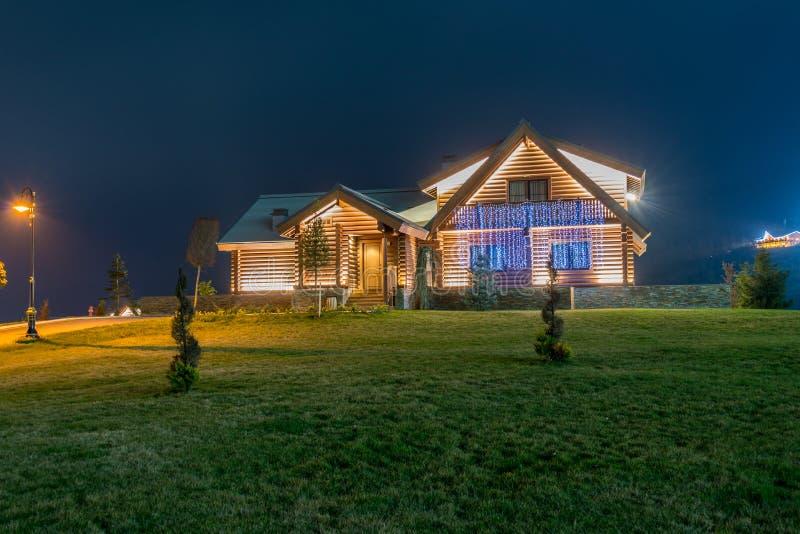 Casa moderna agradável durante o nivelamento de horas imagens de stock royalty free