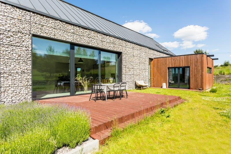 Casa moderna com elevação de pedra fotografia de stock