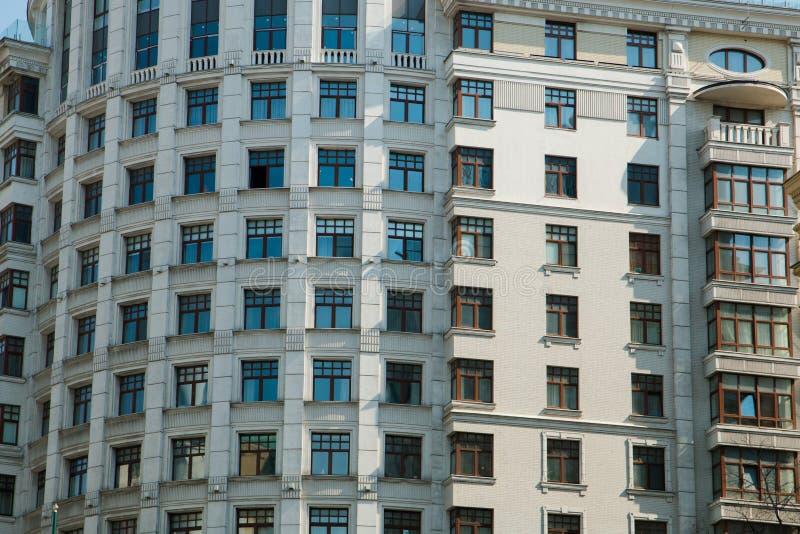 Casa moderna com lotes das janelas fotografia de stock royalty free