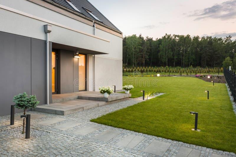 Casa moderna com paisagem bonita foto de stock