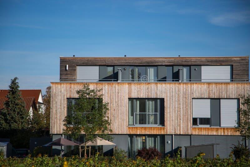 Casa moderna, com revestimento de madeira - fachada de madeira, foto de stock royalty free