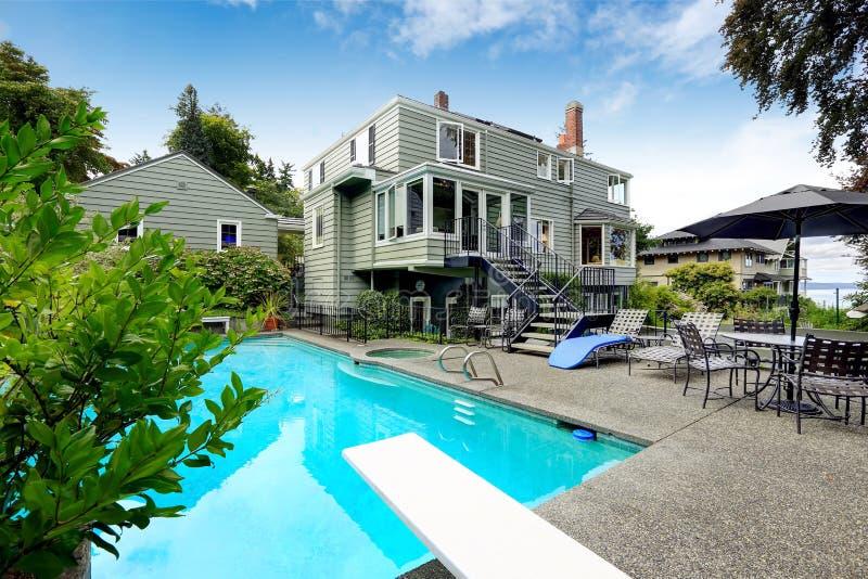 Casa moderna con con la piscina y el Jacuzzi foto de archivo libre de regalías