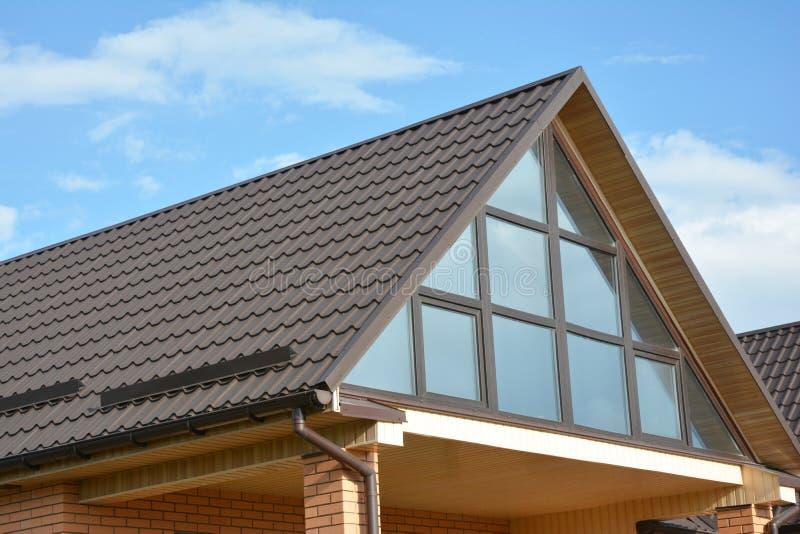 Casa moderna con el ático, tejado del metal, canal de la lluvia, tragaluz panorámico de la ventana de la pared fotos de archivo