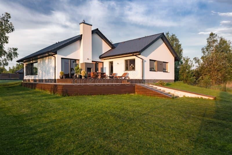 Casa moderna con el patio de madera foto de archivo libre de regalías