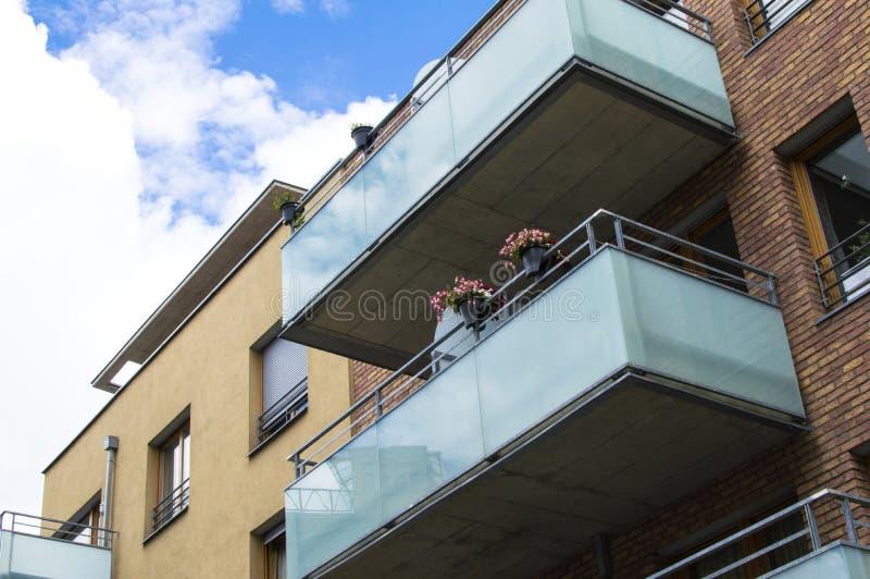 Casa moderna con i bei balconi di vetro immagine stock for Casa di vetro moderna in vendita