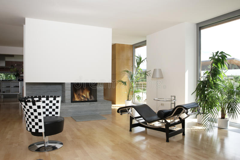 Casa moderna con il camino fotografia stock libera da diritti