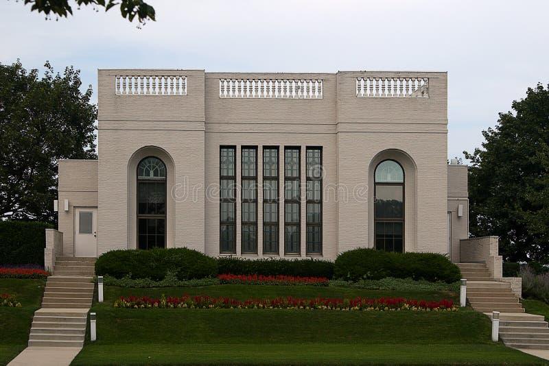 Casa moderna con il giardino - vista frontale immagine stock