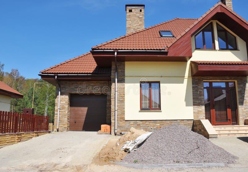 Casa moderna con la finestra dei lucernari della soffitta, coprente costruzione, immagine stock libera da diritti
