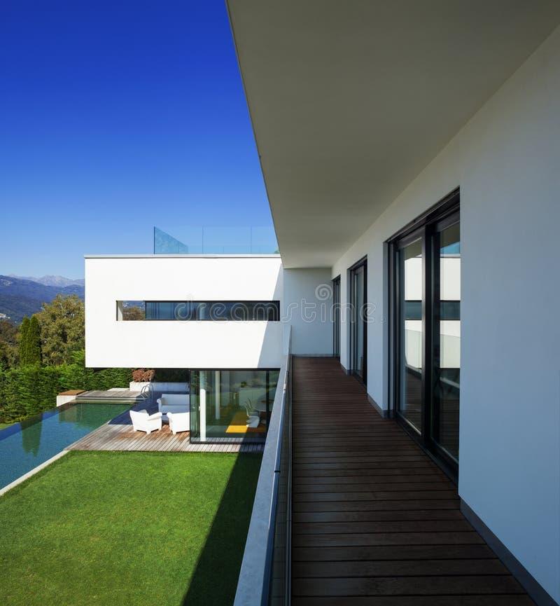 Casa moderna, con la piscina foto de archivo libre de regalías