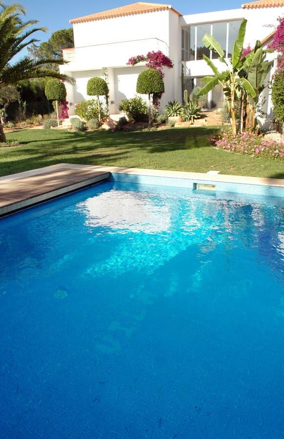 Casa moderna con la piscina foto de archivo