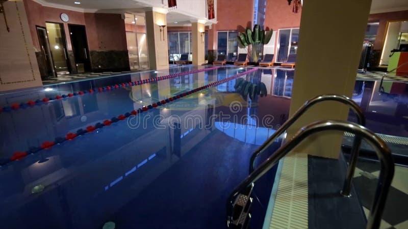 Casa moderna con la piscina Arquitectura, casa con el jardín, piscina interior Piscinas de lujo en a fotografía de archivo libre de regalías