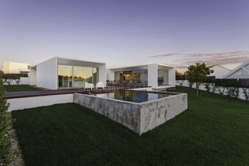 Casa moderna con la piscina del giardino e la piattaforma for Download gratuito di piani casa moderna