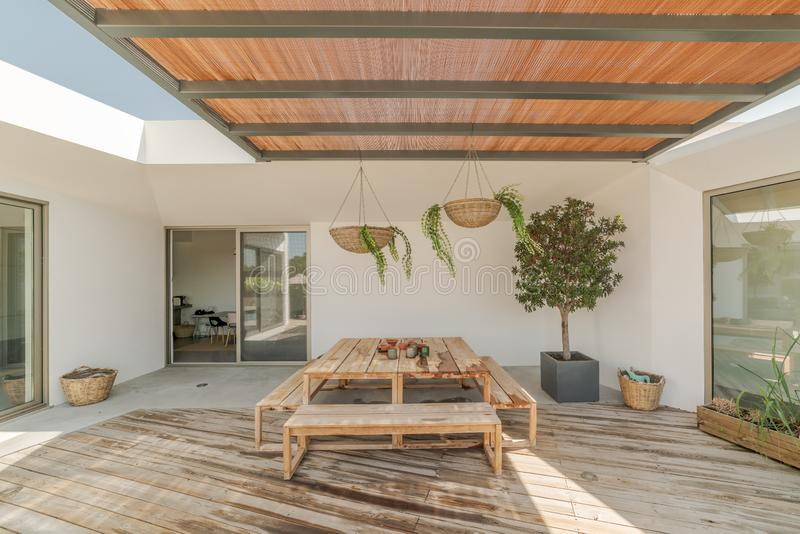 Casa moderna con la piscina del jardín y la cubierta de madera fotos de archivo
