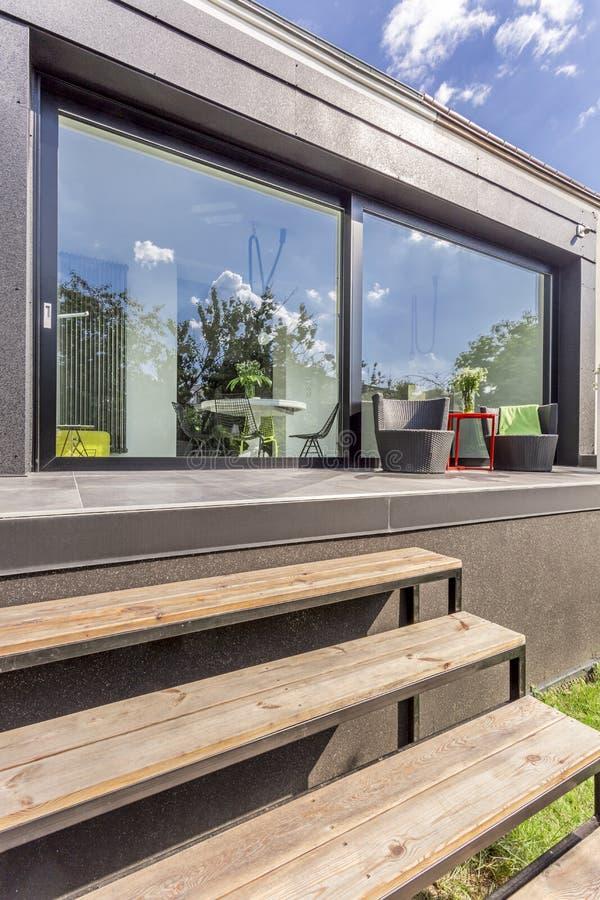 Casa moderna con las ventanas y la terraza del panorama imagen de archivo libre de regalías