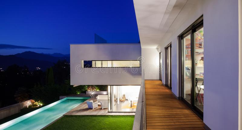 Casa moderna, con lo stagno fotografie stock
