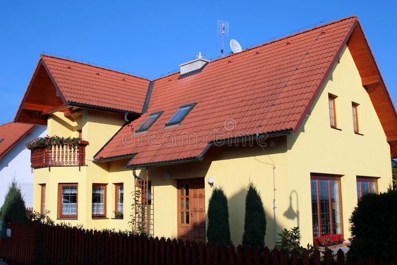 Casa moderna de la familia imagen de archivo