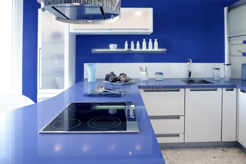 Casa moderna del diseño interior de la cocina blanca azul fotos de archivo
