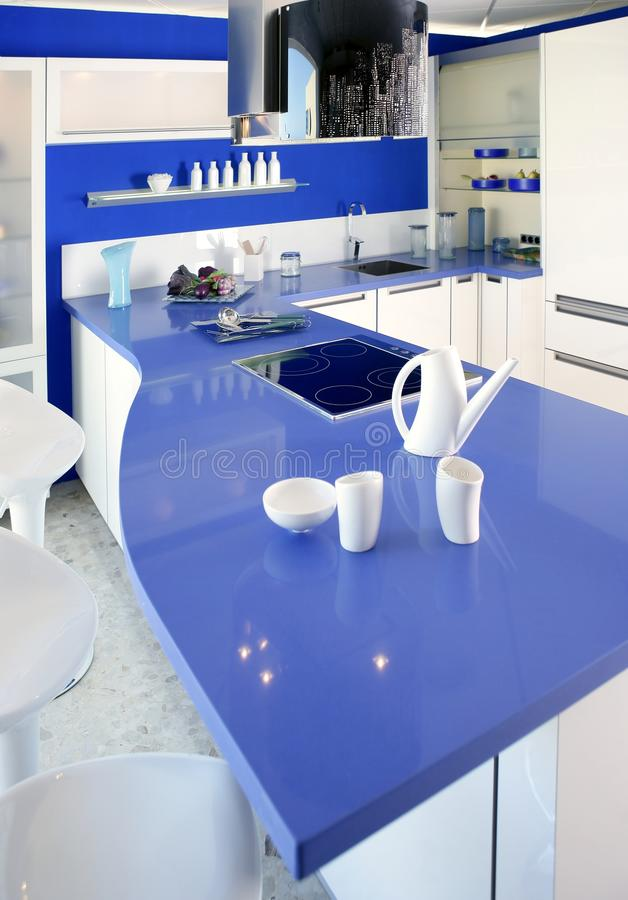Casa Moderna Del Diseño Interior De La Cocina Blanca Azul Imagen de ...
