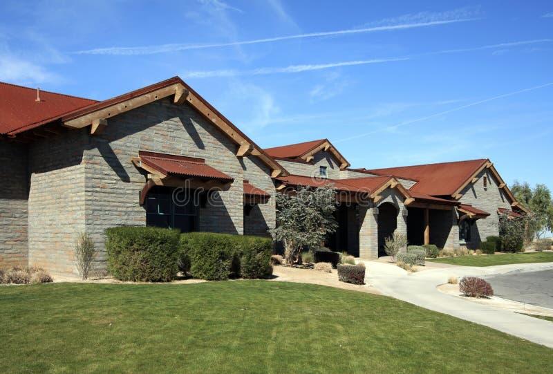 Casa moderna del palazzo del deserto sul terreno da golf immagine stock libera da diritti