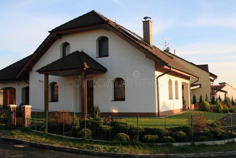 Casa moderna della famiglia immagine stock