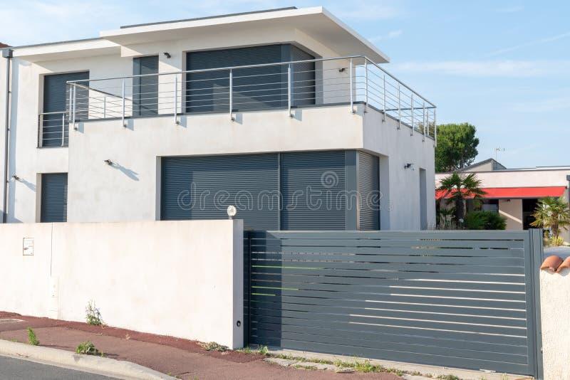 Casa moderna della villa geometrica di stile immagine stock libera da diritti