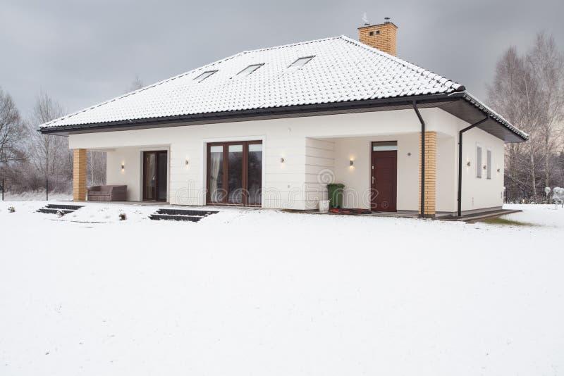 Casa moderna destacada imagem de stock royalty free