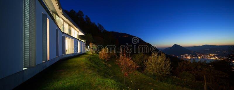 Casa moderna di notte immagine stock immagine di esterno for Esterno casa moderna