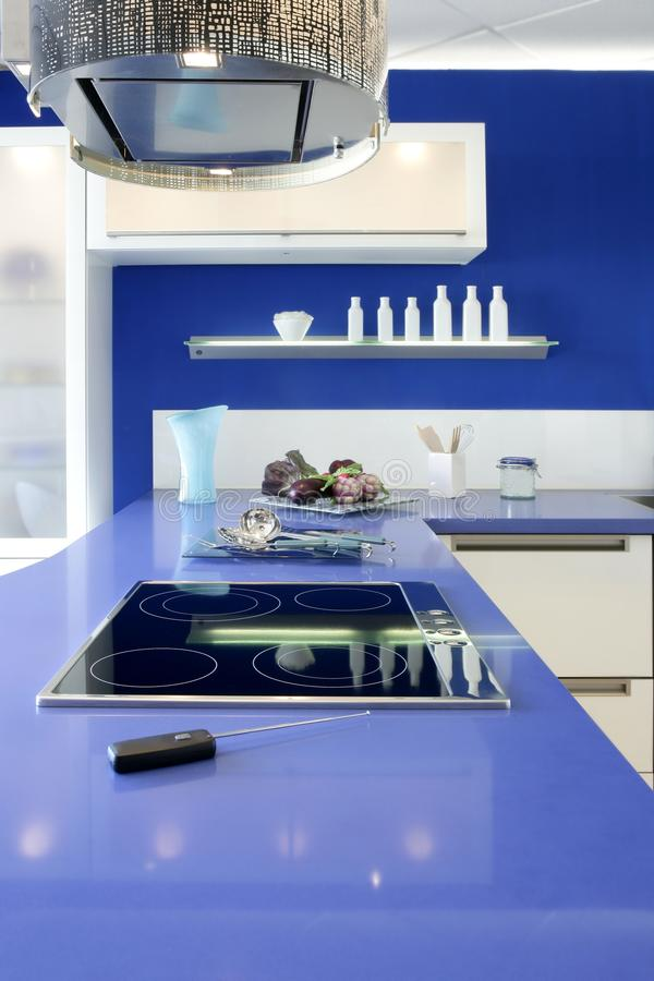 Casa moderna do projeto interior da cozinha branca azul foto de stock royalty free