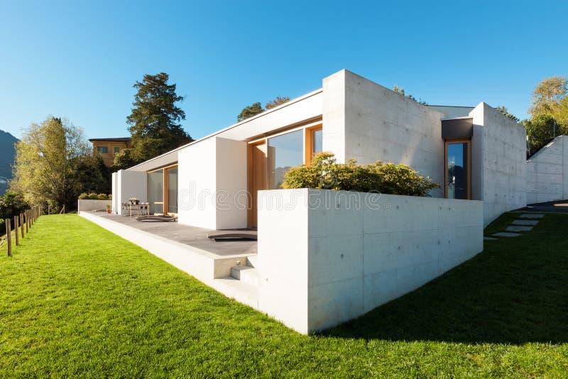 Casa moderna en el cemento fotografía de archivo