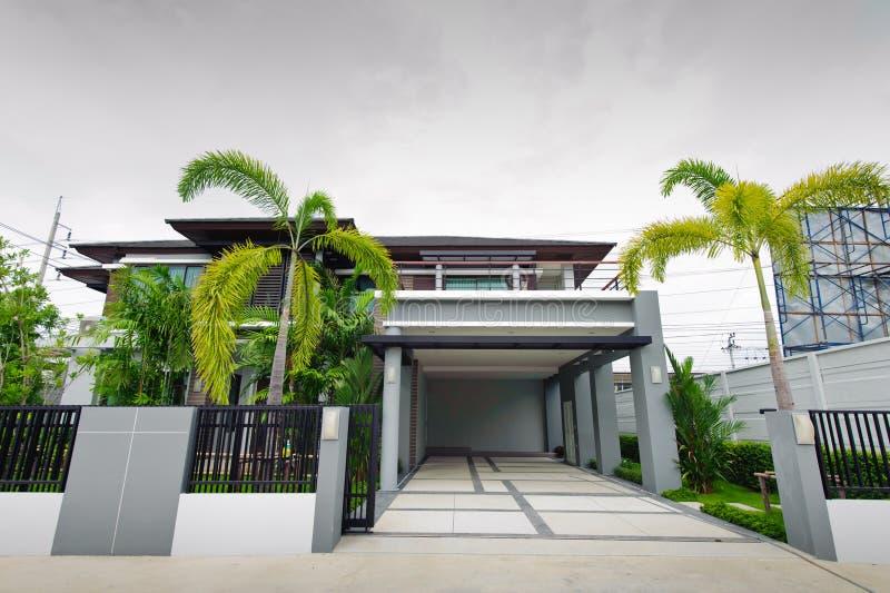 Casa moderna en el jardín imagen de archivo
