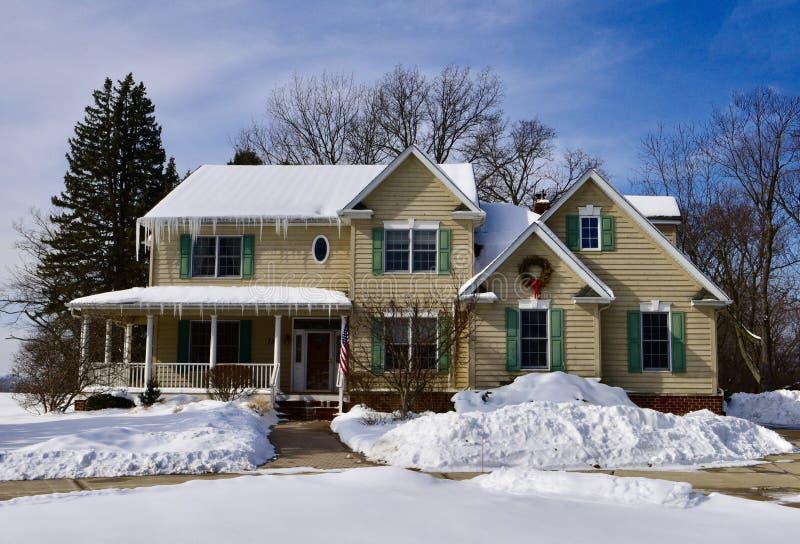 Casa moderna en la nieve fotos de archivo libres de regalías