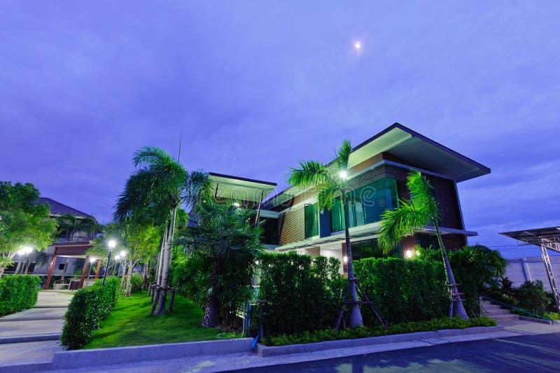 Casa moderna en la noche fotografía de archivo
