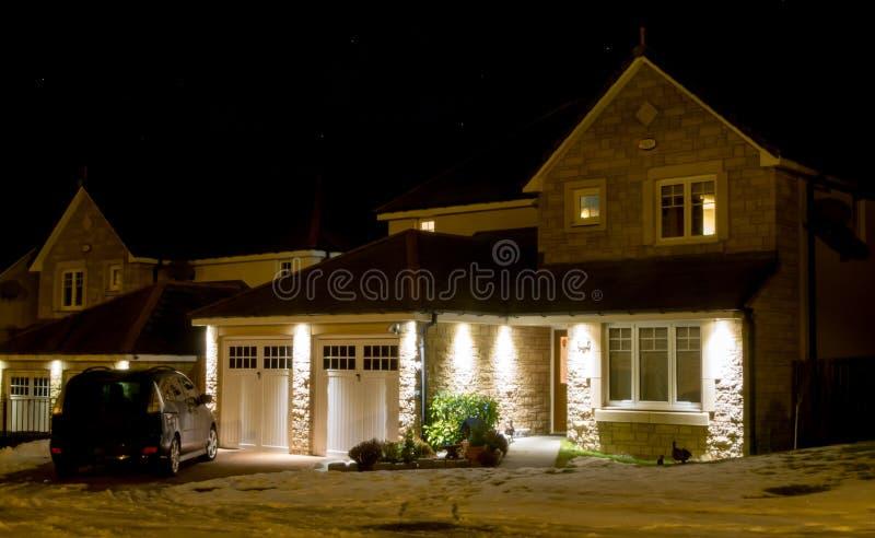 Casa moderna en la noche foto de archivo