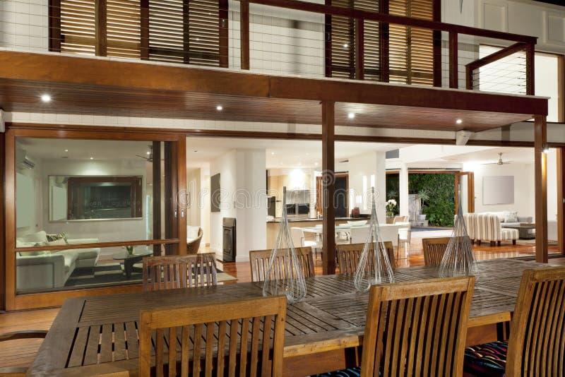 Casa moderna exterior no crepúsculo imagens de stock