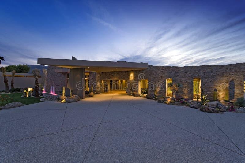 Casa moderna exterior no crepúsculo foto de stock royalty free