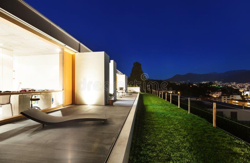 Casa moderna hermosa en el cemento imagen de archivo